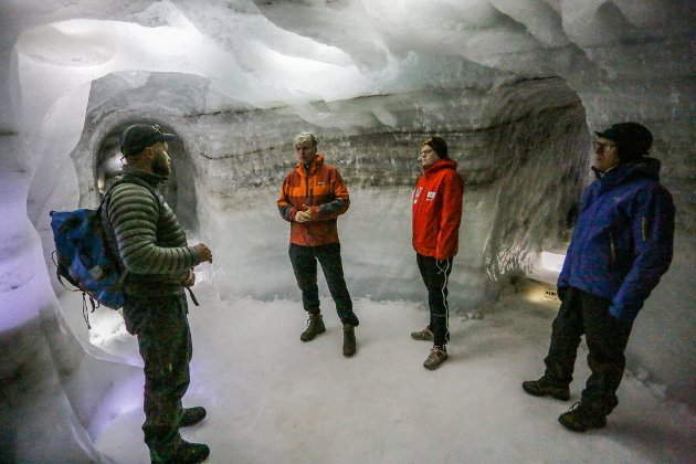 EKSOTISK: Statsråd Ola Elvestuen og Even A. Hagen (midten i rødt) blir guidet i Klimaparken. Hagen mener et sterkere samarbeid i Gudbrandsdalen er helt avgjørende i framtida.
