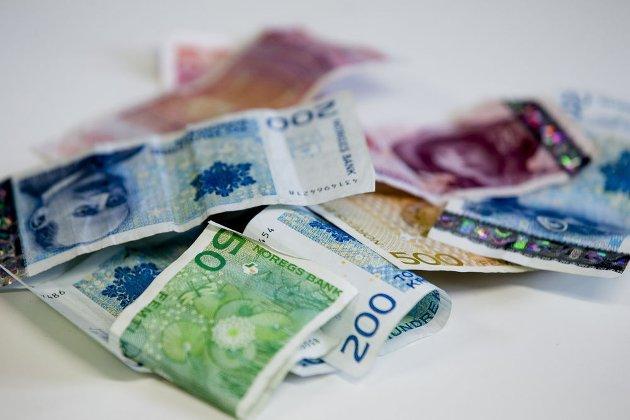 Penger: Noen forsyner seg med mye, mens andre må ta til takke med langt mindre. Jørund Hassel mener vi trenger en solidarisk pensjons- og skattedebatt. Foto: Stian Lysberg Solum