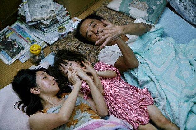 "FAMILIE: Voksne og barn i det japanske mesterverket ""Shoplifters"" som har lillehammerpremiere 18. januar."