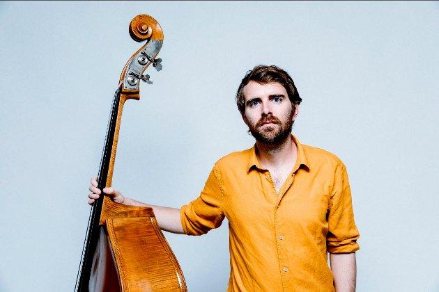 Bassist Jo Fougner Skaansar fra Lillehammer kom nylig med albumet «Fange av mi tid».