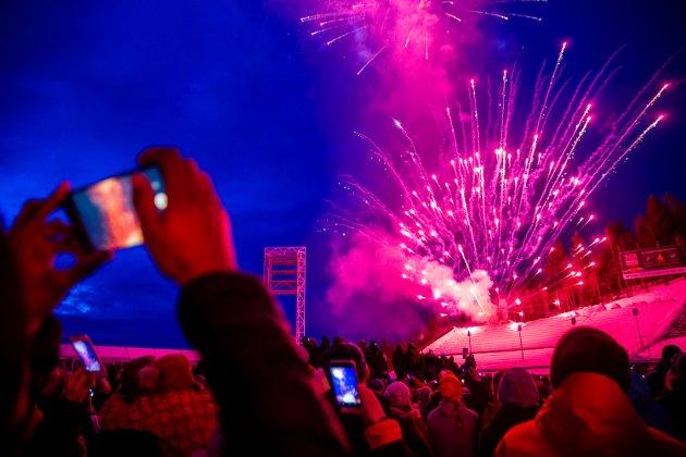 OL-fest i Lysgårdsbakkene under 25-års jubileet lørdag. Et storslått fyrverkeri avsluttet feiringen.