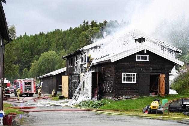 BRANN: Ordførar Ole T. Muriteigen vil invitere digitaliseringsministeren til Espedalen for at ho skal forstå kro viktig det er kunne ha samband for å varsle brann. Bildet er frå brannen i Espedalen.