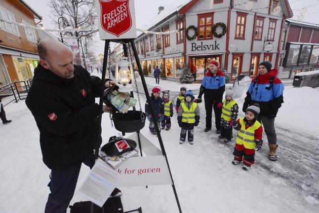 GIVERGLEDE: Henrik Stjerm daglig leder ved Frelsesarmeen, sier takk til stor giverglede. Foto: per Ivar Henriksbø