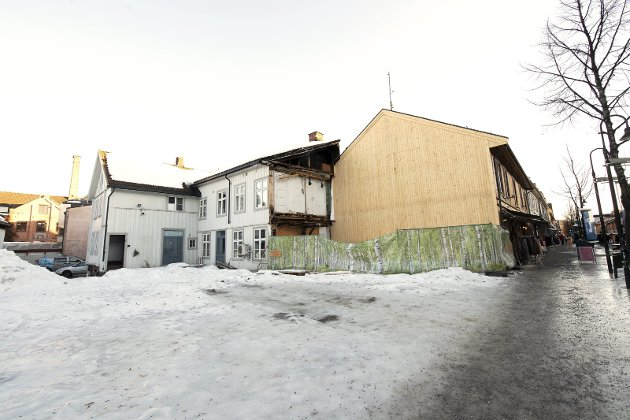 TRIST SYN: Storgata 81 – tre år etter brannen. Hva er det eierne egentlig venter på? Foto: Torbjørn Olsen