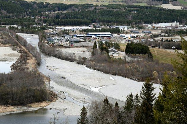 KRITISK: Denne sandproppen i Frya-elva kan skape ubotelig skade. Hvorfor ikke ta et koronagrep med forebyggende innsats, fylkesmann Knut Storberget?