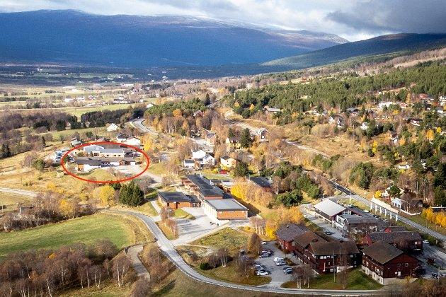 LESJA: Kommunedirektøren foreslår å rive hele barneskolen (den hvite bygningen i forkant av den røde sirkelen) til fordel for omsorgsboliger.