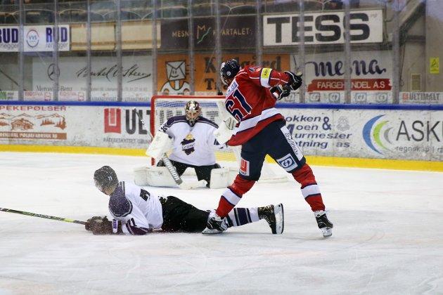 Lillehammers Alexander Reichenberg gjør et forsøk mot mål i første periode.
