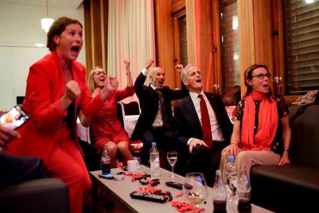 Ap-leder Jonas Gahr Støre jubler for et valgresultat som i et 100 års perspektiv egentlig er ganske dårlig.  Foto: Javad Parsa / NTB