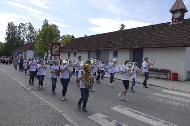 Korps: Brandbu skolekorps spilte musikk fremst i blomstertoget.
