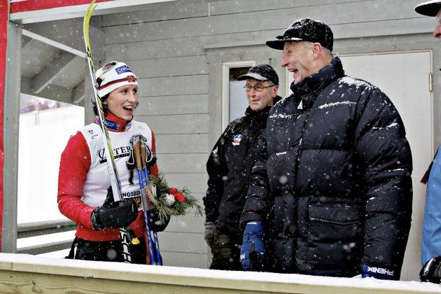 KOMMER TIL NM: H.M. Kong Harald kommer til ski-NM på Lygna. Her fra et tidligere mesterskap hvor han gratulerer Marit Bjørgen med seieren. Under oppholdet på Lygna blir det kongemiddag med 54 gjester.   Foto: NTB