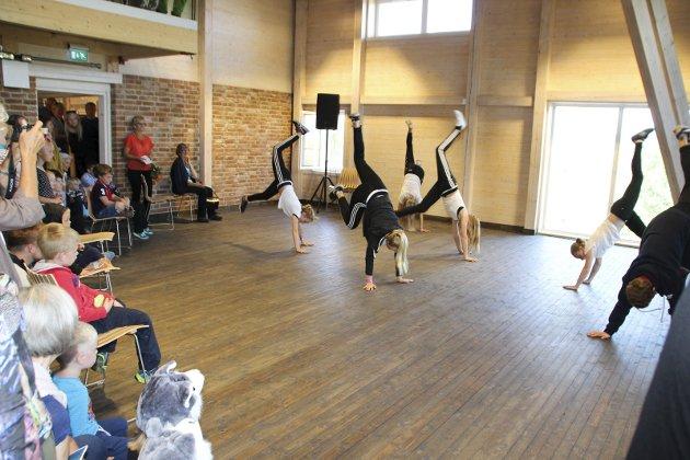 SPENSTIG ÅPNING: En gruppe breakdansere opptrådte under åpningen av Glasslåvens høstutstilling.