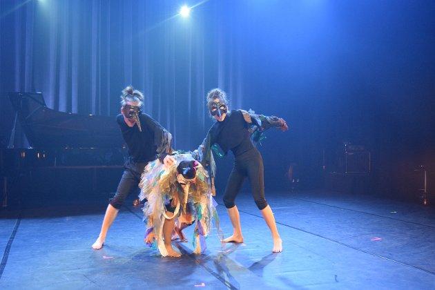 Alvin Dybvik (12), Ane Holen Lorentzen (18), Idunn Maria Brosset (20) Linda Saleh Ali (18), Martin Steinum Brun (18), Ragna Valde Sletten (15) og Åsne Sørlie-Nordnes (17) fra Vågå med abstrakt teater.