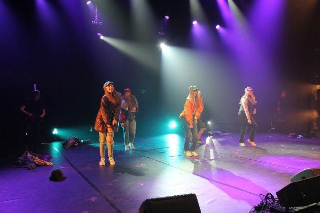 Dansegruppa GoodVibe fra Gran åpnet lørdagens kveldsshow