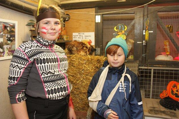 Martine Ellefsrud Solheim (12) hjelper til hos dyrene. Thomas Berge Marcelino (9) fikk mate hønene.