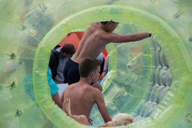 Randsfjordfestivalen: Morsomt for barn og unge med rullende tuber i vann.