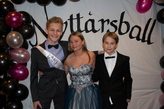 FORNØYDE: Eskil Engely-Løvlien, Tina Eline Krok og Marius Amundsen Hagen var fornøyde med årets ball.