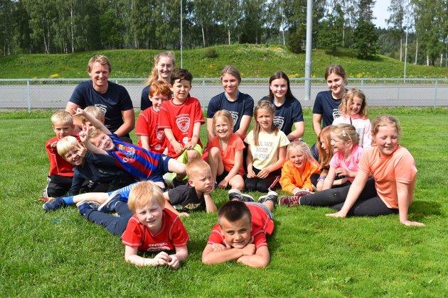 IDRETT: Idrettsuka på Brandbu er i gang. Her ser vi noen av de yngste deltakerne sammen med trenerne.