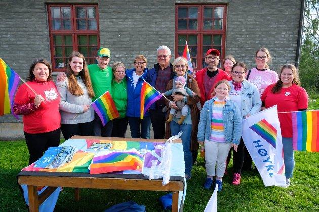 HVEM MANGLER? Avisen Hadeland viste med  dette bildet hvilke partier som viste synlig støtte til pride på Folkemuseet. Verken Bygdelista, Frp eller MDG prioriterte å delta.