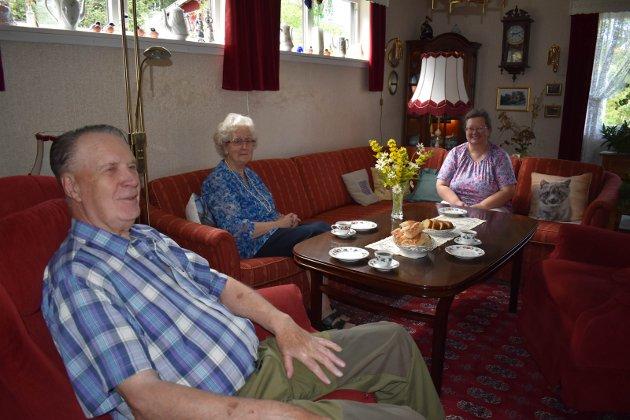 KAFFE: Her drikker vi kaffen vår, sier familien Smerud. Harry, Randi og Hilde.