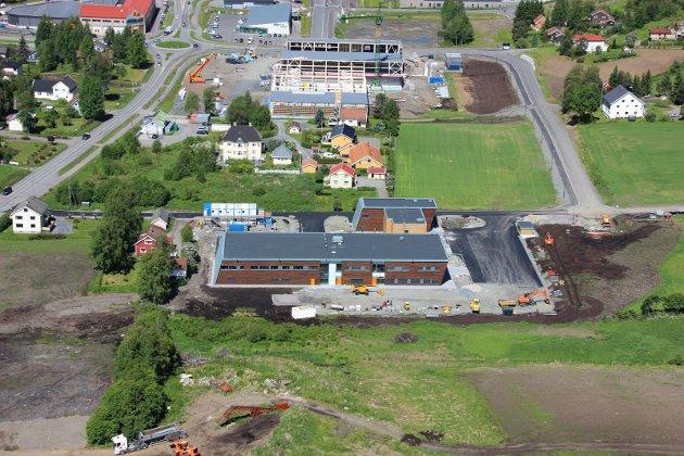 FØR: Morstadjordet var i 2014 foreslått som sted for nytt helsehus. Det skulle plasseres på det grønne området mellom nødetatsbygget og Almenningstråkket, som her er under bygging.