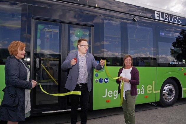 Fylkesordfører Even Aleksander Hagen klipper snor på ny elbuss.