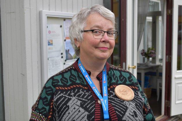 TURISTVERT: Mari Marthe Graff Ulsrud fra Gran er en av mange som jobber frivillig på Granavollen. – Vi har akkurat rundet 3000 besøkende siden 13. juni. Det er 1000 mer enn i fjor på samme tid, sier hun.