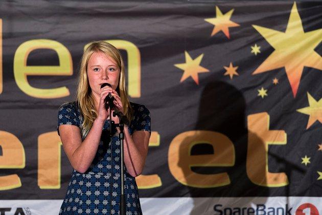 "Ebba Harseth sang ""Hjerteknuser""."