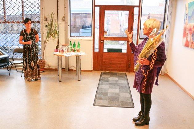 Gallerist Wenche Høidal ved Galleri WendA ønsker Tone Fottland velkommen og gratulerer henne med utstillingen.