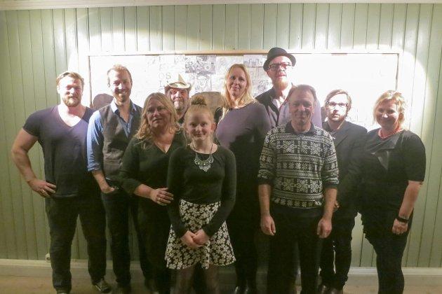 JUL PÅ RØD: fr.v. Georg Storhaug (lyd), Håkon Møller, Eva Denis, Obal, Sara Lauritzen, Lise Backstrøm, Terje Støldal, Niels Haagensen, Ole Andreas Amundsen og Anne Navestad.