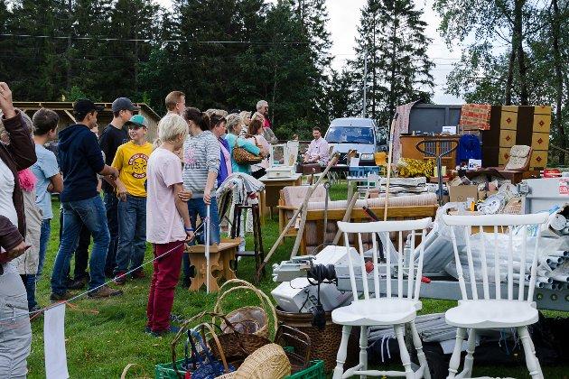 Mange ventet spent i kø for å komme seg inn på loppemarkedet! Det tok ikke lang tid før det var smekkfullt av folk i låven.