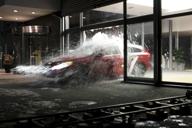 Lokal film: Denne scenen er fra den norske filmen «Fuck Up» (2011) av Halden-regissør Øystein Karlsen. Den viser en Volvo som blir kjørt gjennom et av vinduene på Jensen & Scheele bil.