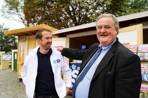 Mye tyder på at Mattias Gustafsson (t.v.) sitt parti, Sverigedemokraterna, vil gjøre et brakvalg i Sverige. Her sammen med nordmann Rune Larsen som er på handletur i den svenske grensebyen.