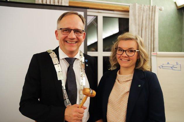 GLEDER SEG: Ordfører Håkon Tolsby sammen med varaordfører Marte Espelund-Sande, begge er fra Senterpartiet og de gleder seg til å ta fatt på de politiske oppgavene i Aremark.