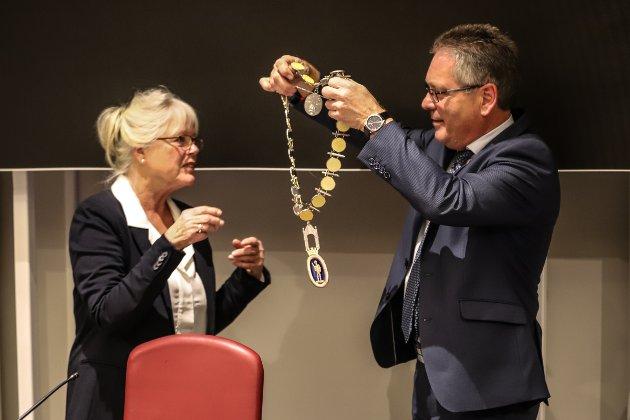 HISTORISK: Her blir Anne-Kari Holm (Sp) den første valgte kvinnelige ordføreren i Halden. Thor Edquist overleverer ordførerkjedet og tok få minutter etterpå plass på siste råd på Høyres-benk i kommunestyresalen.