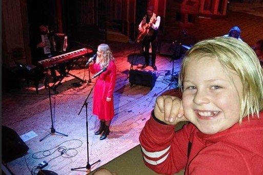 Christina sitt tantebarn Amanda Kolrud fikk æresplassen under konserten. Amanda er tøff ishockeyspiller for Comet U9, og var meget stolt av sin tante denne kvelden.