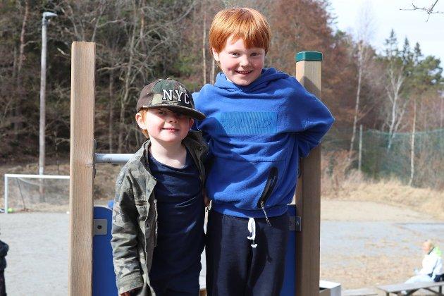 Viktor (4) og Ludwig (7) Tjønneland koste seg på lekeplassen ved kroa.