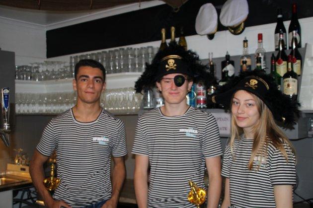 SOMMERJOBB: Foud Lindbeck (17) (f.v), Sander Aasgaard (17) og Emma Spaniland (17).