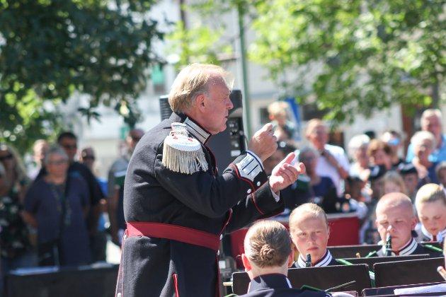 At H.M. Kongens Gardes Musikkorps kom til Odda måndag, er ikkje tilfeldig. Oddingen Bjørn Bogetvedt er dirigent, og fortel at han ikke torde å køyra forbi.