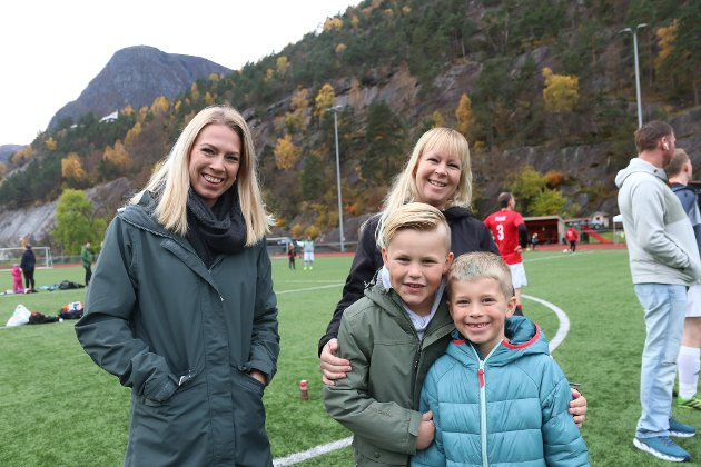 Fra Haugesund: Elisabeth  Fjellheim, Anette Fjellheim og Lucas (7) og Adrian (8). De to siste hadde reist helt fra Haugesund for å se kampen mellom Føyk og Solnut på Odda stadion.