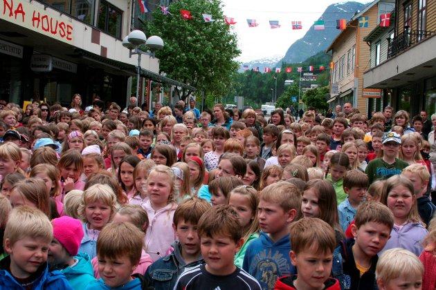 Skulekonserten Samla kraft.  Heile barneskulen i gågata i mai 2007.