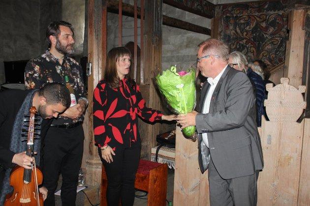 Eidfjord-ordfører Anved Johan Tveit overrakte blomster til Benedicte Maurseth og takket for en fremragende konsert.