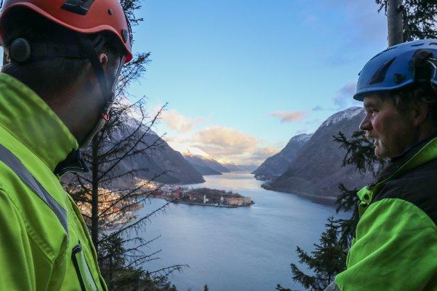 Eric Jan Kerkhof, daglig leder og formann Terje Karstensen kan betrakte utsikten fra toppen av stillaset.