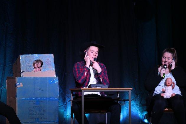 Russen presenterer sin egen variant av Fjorden Bingo med Joar «Levemann» Førde. Inni boksen sitter Lothepus og leser opp tall.