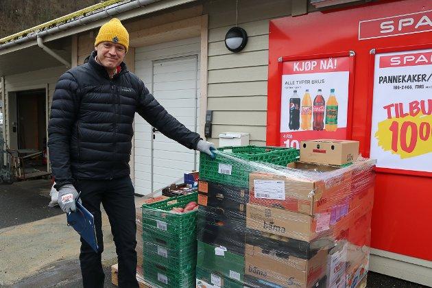 Daglig leder ved Spar Jondal, Olav Eide, fikk nye forsyninger mandag morgen. Han forteller at de har godt med varer i butikken, men at det ikke alltid er like lett å sørge for fulle hyller i disse dager. Det handler blant annet om leverandørenes sesongvarer, og salget i butikken. Uansett ble det rullet ut nok av det meste fra traileren fra Suldal Transport.