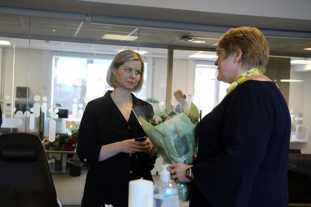 Nyutnevnte kunnskaps- og integreringsminister Guri Melby får overlevert nøkkelen til Kunnskapsdepartementet av avgåtte statsråd Trine Skei Grande.