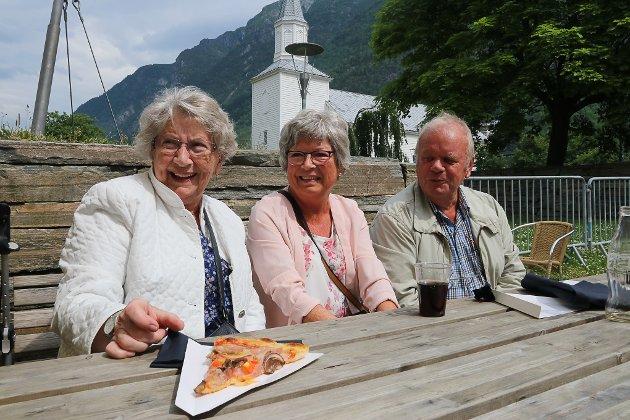 Turid Jonsson, Elsebeth Lee Westerlund og Steinar Westerlund koste seg på uterestauranten i Almerkeparken.