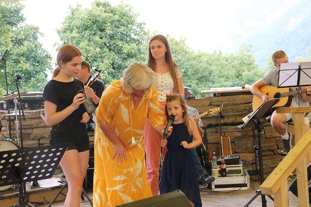Fire år gamle Emine fikk komme opp på scenen å synge under Allsang i Odda.