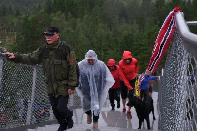 Fredag åpnet trappebroen som gjør det mulig å spasere over den 182 meter høye Vøringsfossen i Eidfjord kommune i Vestland.