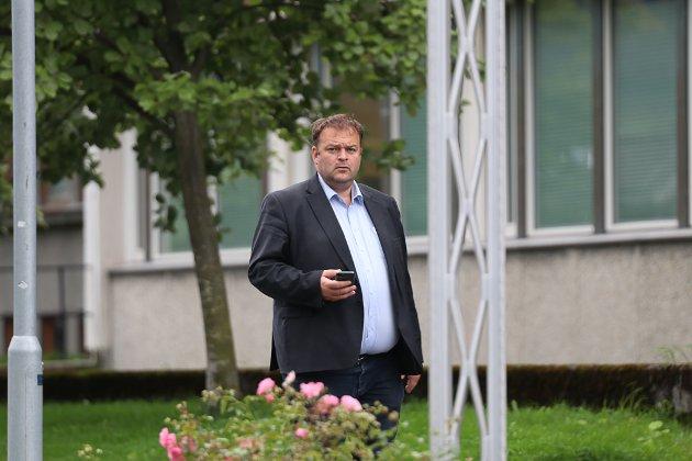 Ordfører Roald Aga Haug (Ap): - Vi arbeider tverrpolitisk i Ullensvang kommune for å fremja veginteressene, skriv han.