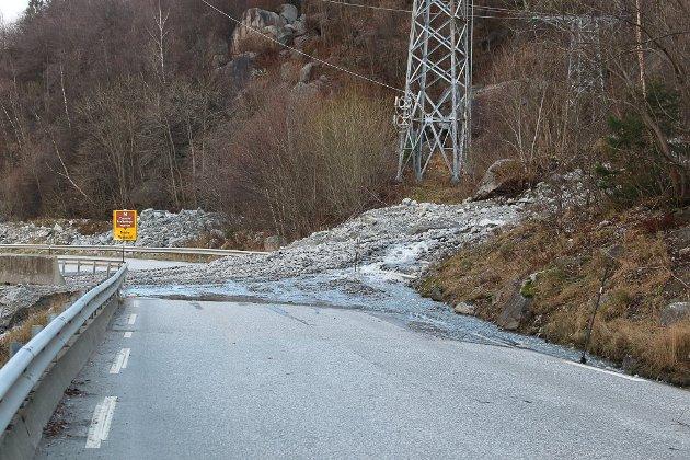 Riksveg 13 er smal fleire plassar, men er òg utsett for ras, slik som her mellom Odda og Tyssedal. Før jul sperra dette raset vegen.